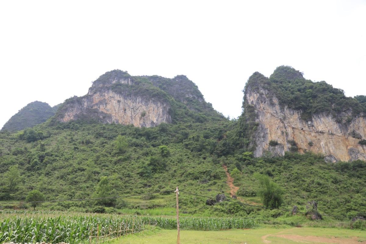 Trên những đỉnh núi vẫn còn dấu vết tạo thành đường mòn. Người nhập cảnh trái phép từ Trung Quốc vào Việt Nam sẽ băng qua khe núi này để vào Việt Nam. Theo lực lượng biên phòng, đây cũng là con đường vận chuyển thuốc lá nguyên liệu nhập lậu