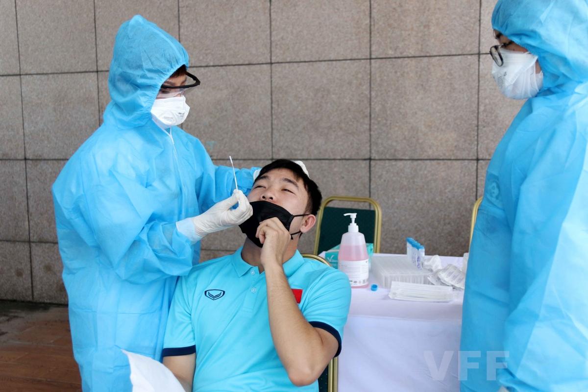 Một số hình ảnh các cầu thủ ĐT Việt Nam và ban huấn luyện được lấy mẫu xét nghiệm và tiêm vaccine Covid-19./.