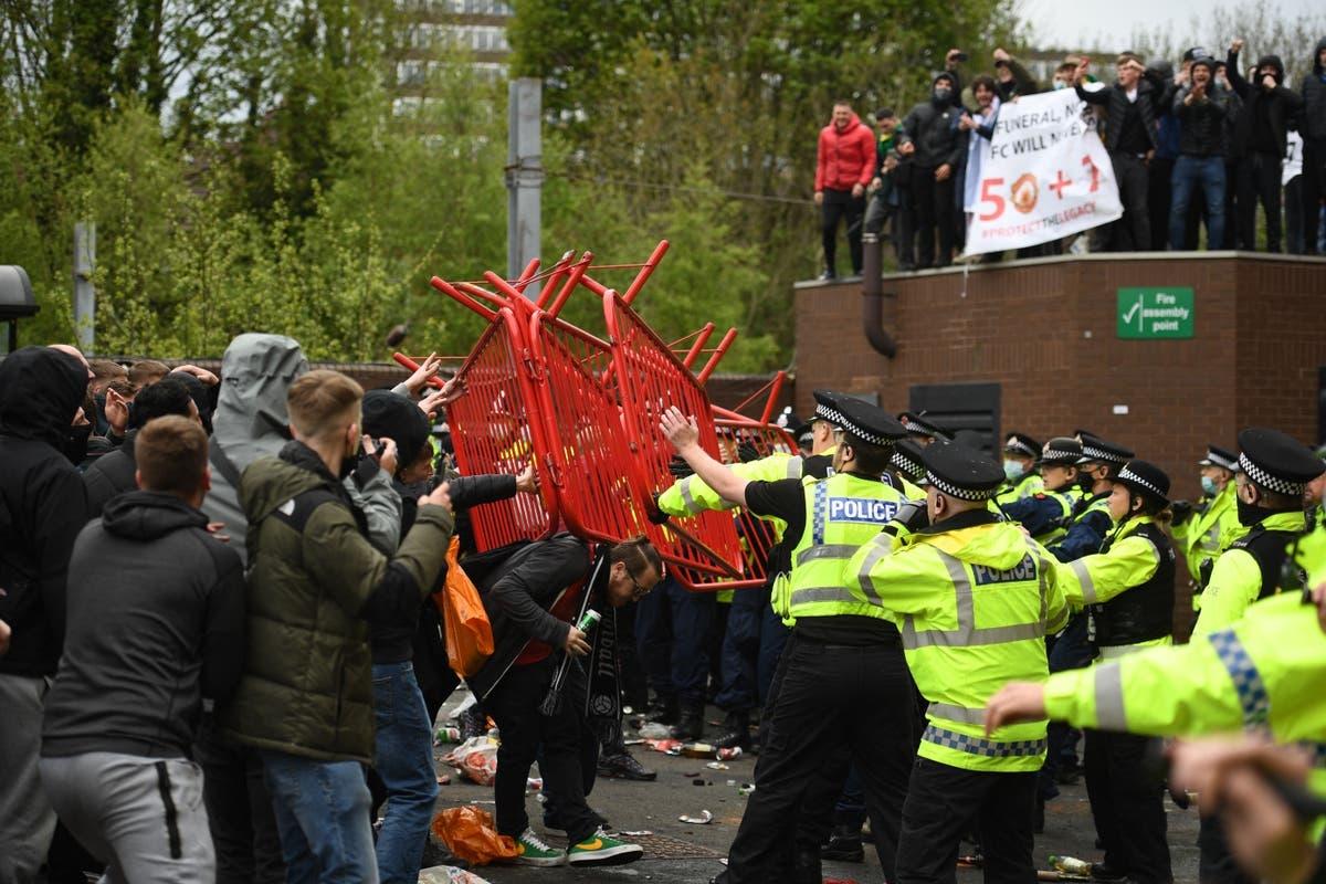 Cuộc biểu tình phản đối nhà Glazer trở thành cuộc đụng độ với cảnh sát bên ngoài sân Old Trafford.