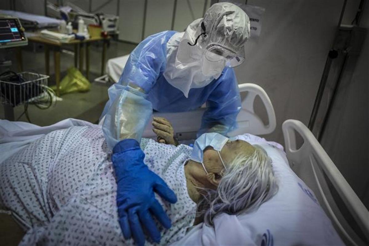 Nhân viên y tế chăm sóc bệnh nhân COVID-19 tại Portimao, vùng Algarve, Bồ Đào Nha ngày 9/2/2021. Ảnh: AFP/TTXVN