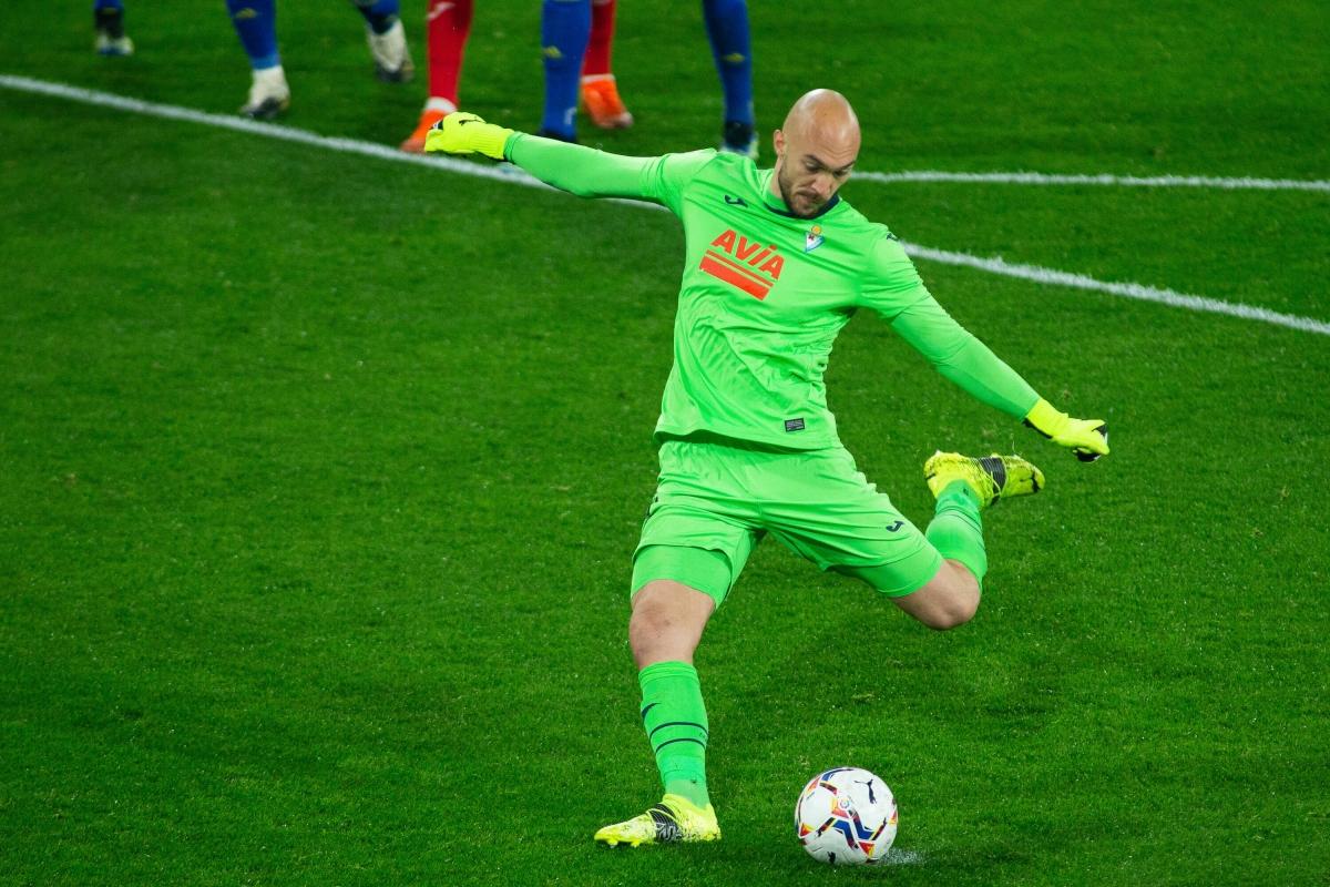 """Thủ môn Marko Dmitrovic sẽ chuyển từ Eibar tới Sevilla theo bản hợp đồng """"miễn phí"""" và cạnh tranh vị trí số 1 với Bono."""