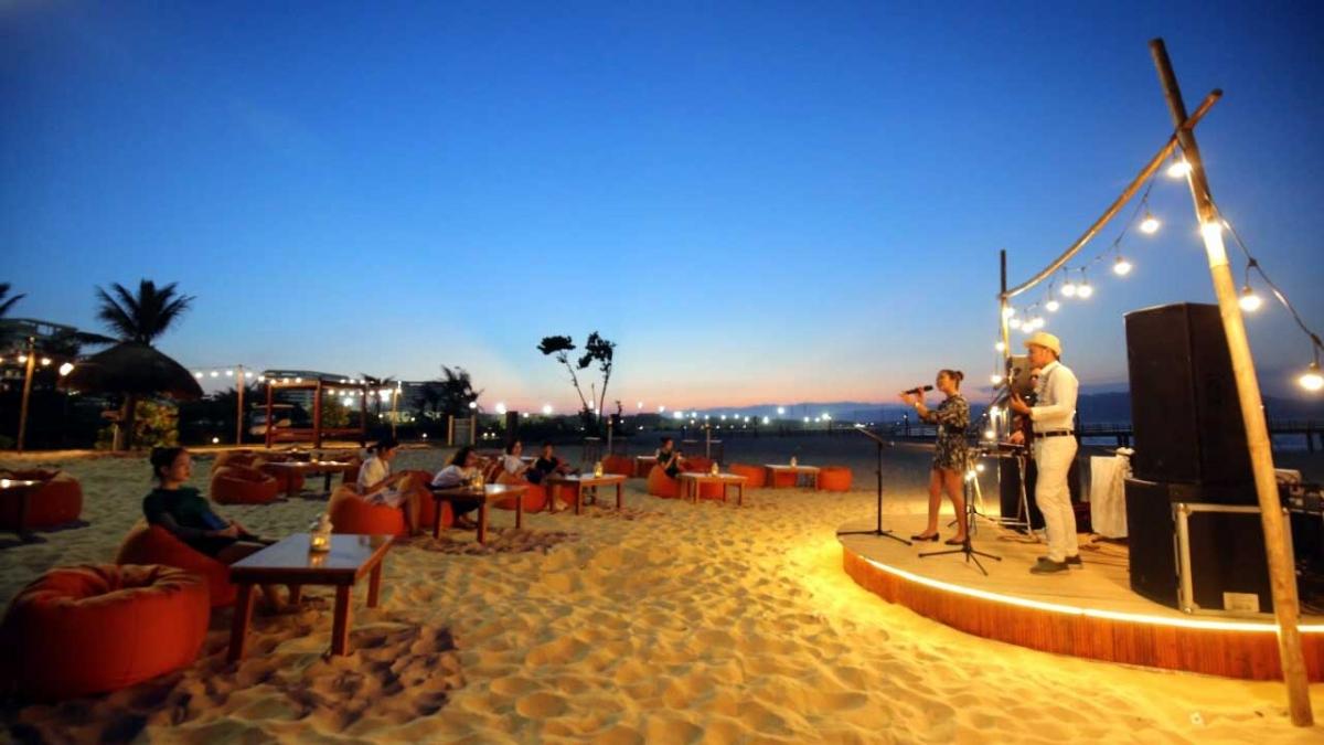 Nhiều du khách thích thú với địa điểm check in mới này, khi thả chân trên nền cát trắng mịn, và chill trong không gian mát lành ngay bên bờ biển, với những chiếc ghế lười màu cam và bàn gỗ mộc mạc được sắp đặt ngẫu nhiên.Đây cũng là địa điểm lý tưởng để ngắm nhìn hoàng hôn hay bình minh trên biển Quy Nhơn, khi những ánh nắng rực rỡ nhuộm hồng bờ cát trong một khung cảnh tráng lệ.