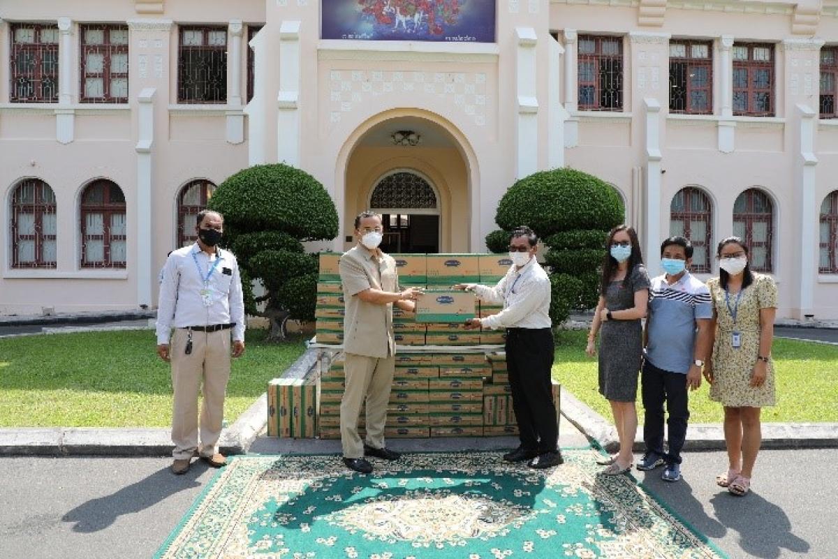 Đại diện nhà máy Angkormilk trao tặng sản phẩm cho đại diện chính quyền để giúp đỡ người dân Thủ đô Phnom Penh, Campuchia.