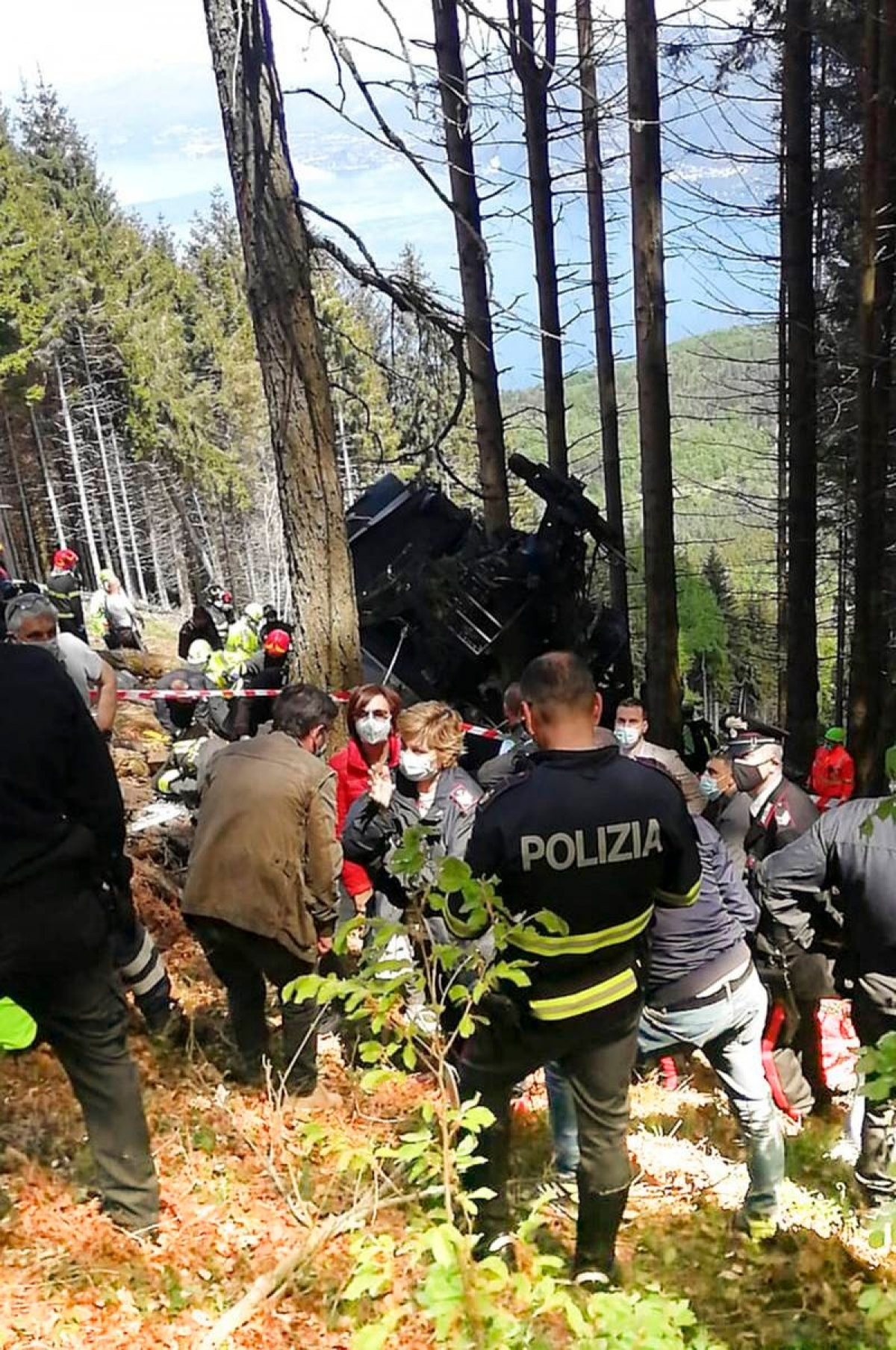 Lực lượng cứu hộ, cảnh sát… phải đeo khẩu trang trong bối cảnh Covid-19 và có nhiều thi thể nạn nhân tai nạn quanh đây. Ảnh: Cảnh sát Italy.