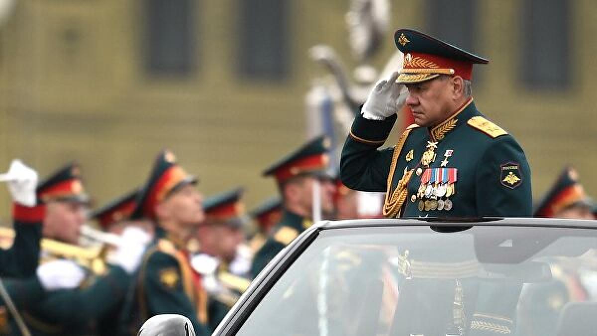 Bộ trưởng Quốc phòng Nga Sergei Soigu duyệt đội hình diễu binh.(Nguồn: Rianovosti)