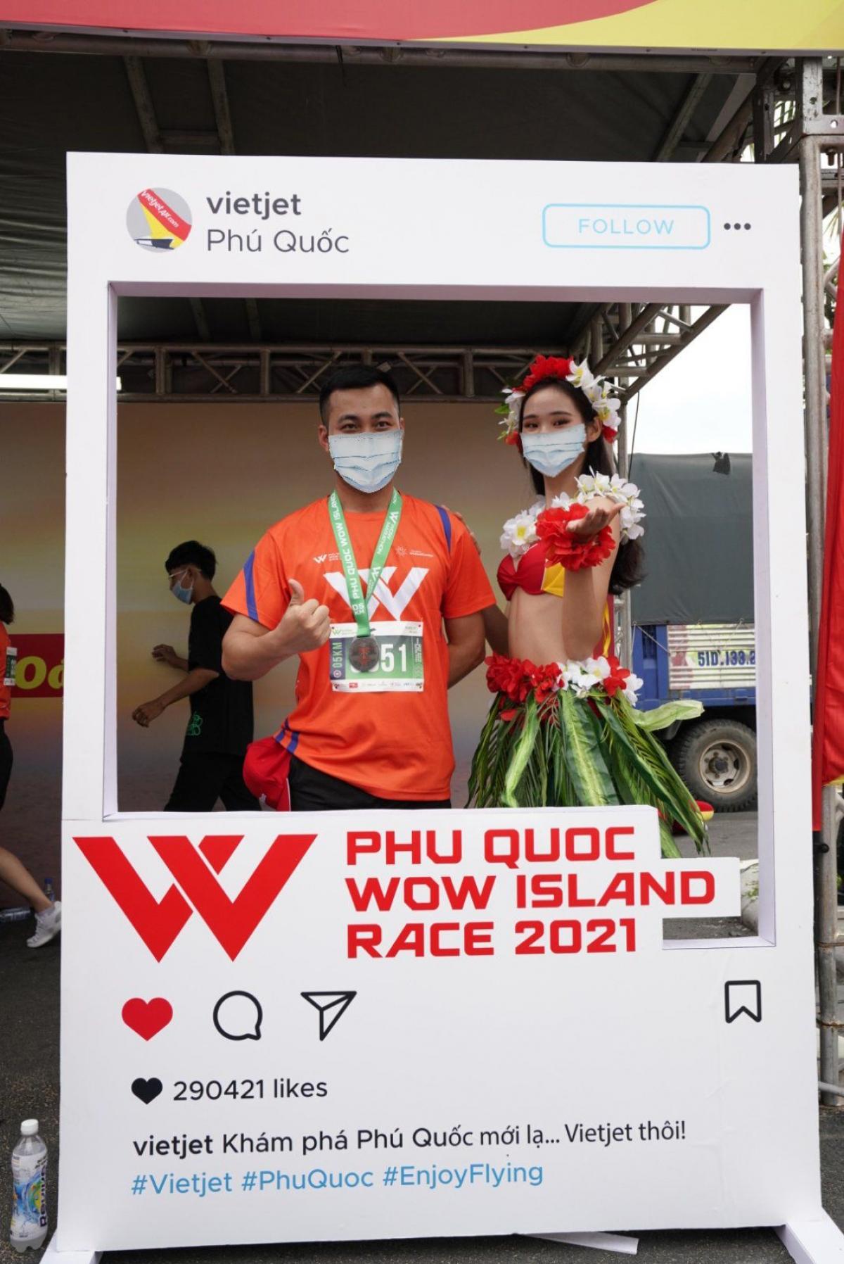 Vietjet cùng máy bay Amy dễ thương đã mở màn lễ khai mạc WOW Island Race 2021 với tiết mục nhảy sôi động, trẻ trung, khỏe mạnh, thể hiện rõ nét tinh thần và năng lượng tích cực. Đây là món quà cổ vũ mà Vietjet gửi tặng đến các vận động viên.