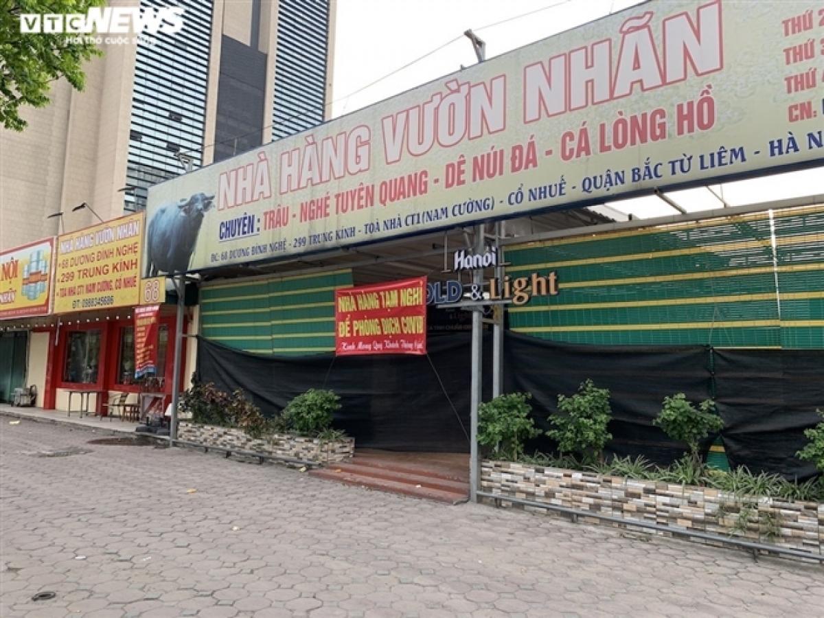 Một nhà hàng nằm trên phố Dương Đình Nghệ (Yên Hoà, Cầu Giấy) phủ bạt kín mít.
