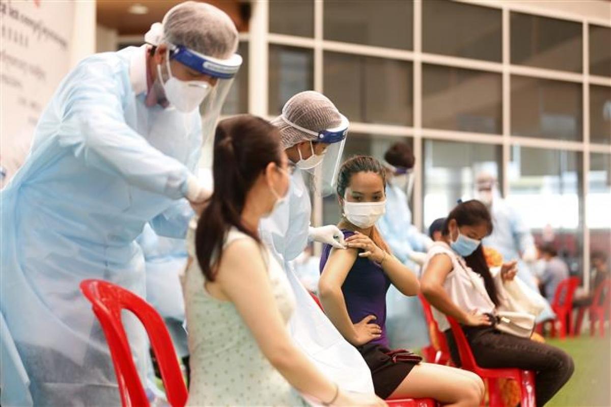 Nhân viên y tế tiêm vaccine phòng COVID-19 cho người dân tại Phnom Penh, Campuchia, ngày 12/5/2021. Ảnh: THX/ TTXVN
