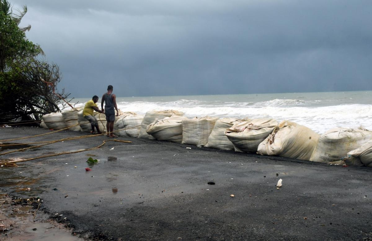 Người dân bang Kerala gia cố các bao cát chống sạt lở trước bão Tauktae. Ảnh: ANI