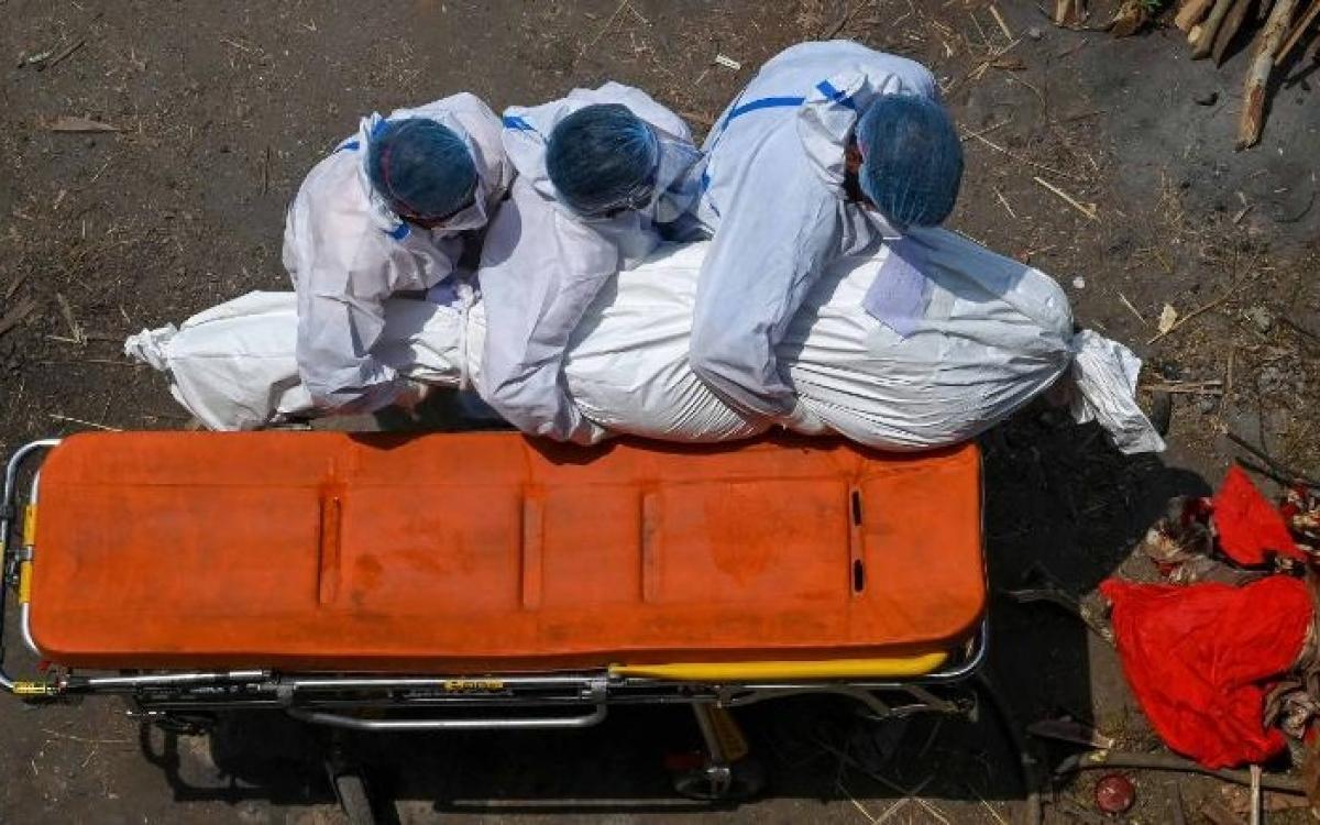 Khiêng thi thể một bệnh nhân Covid-19 tại một bãi hỏa táng ở Ấn Độ. Ảnh: Getty.