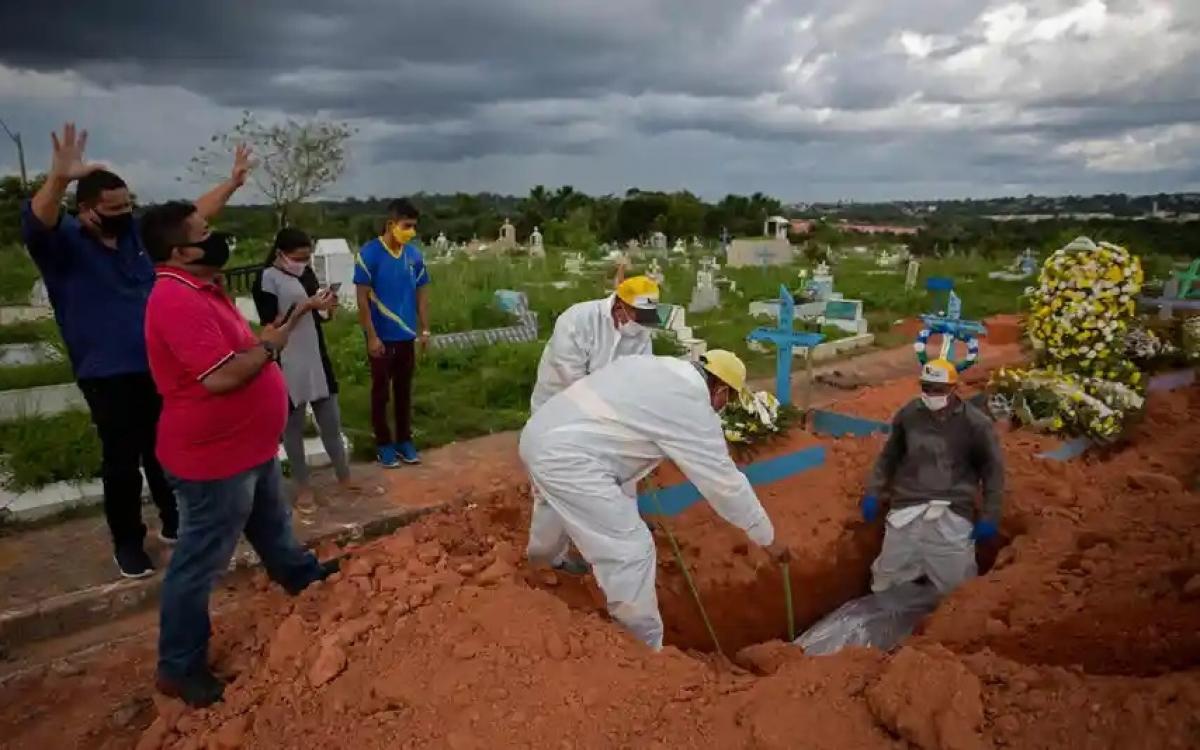 Chôn cất bệnh nhân Covid-19 ở Brazil. Ảnh: Guardian.