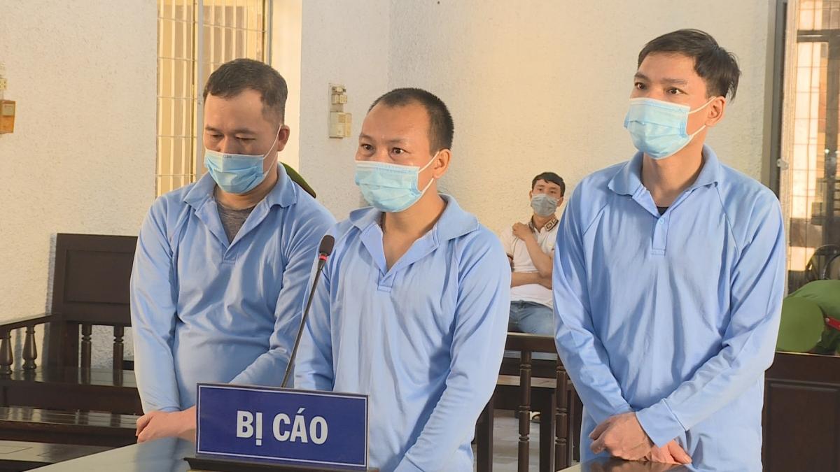 Các bị cáo Hải, Phu và Đạt tại phiên tòa sáng nay (4/5)