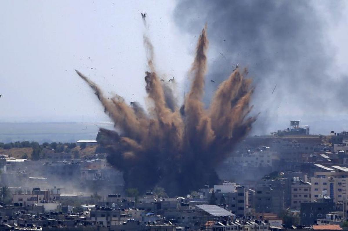 Khói bốc lên sau khi Israel không kích một tòa nhà ở thành phố Gaza ngày 13/5/2021. Ảnh: AP