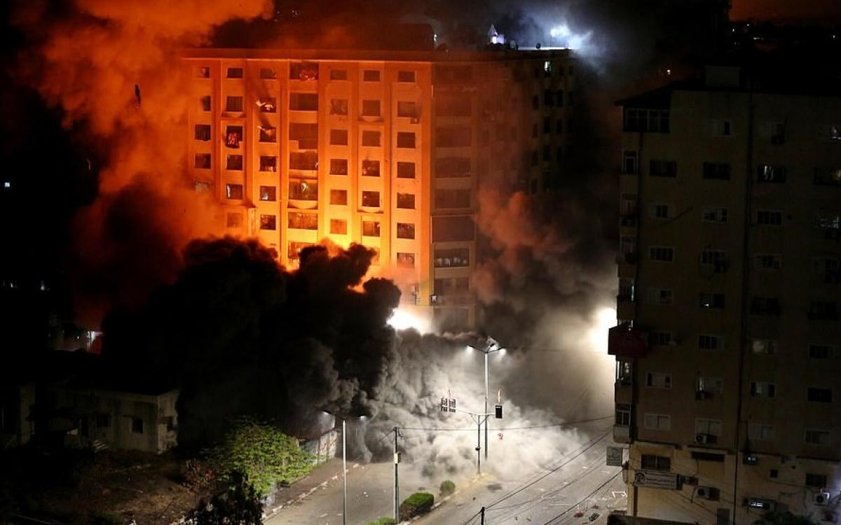 Thành phố Gaza bị máy bay Israel giội bom đáp trả loạt rocket phóng sang Israel. Ảnh: Anadolu.
