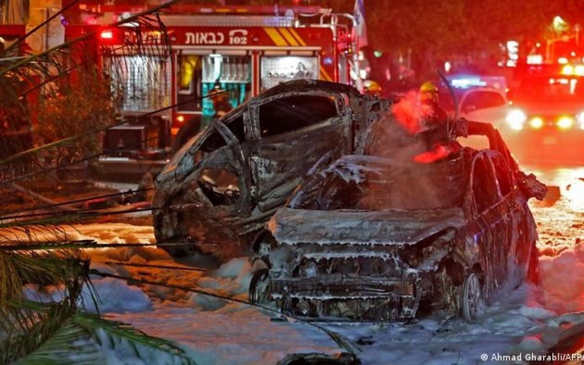 Ô tô ở Israel cháy do trúng rocket phóng từ Gaza. Ảnh: AFP.
