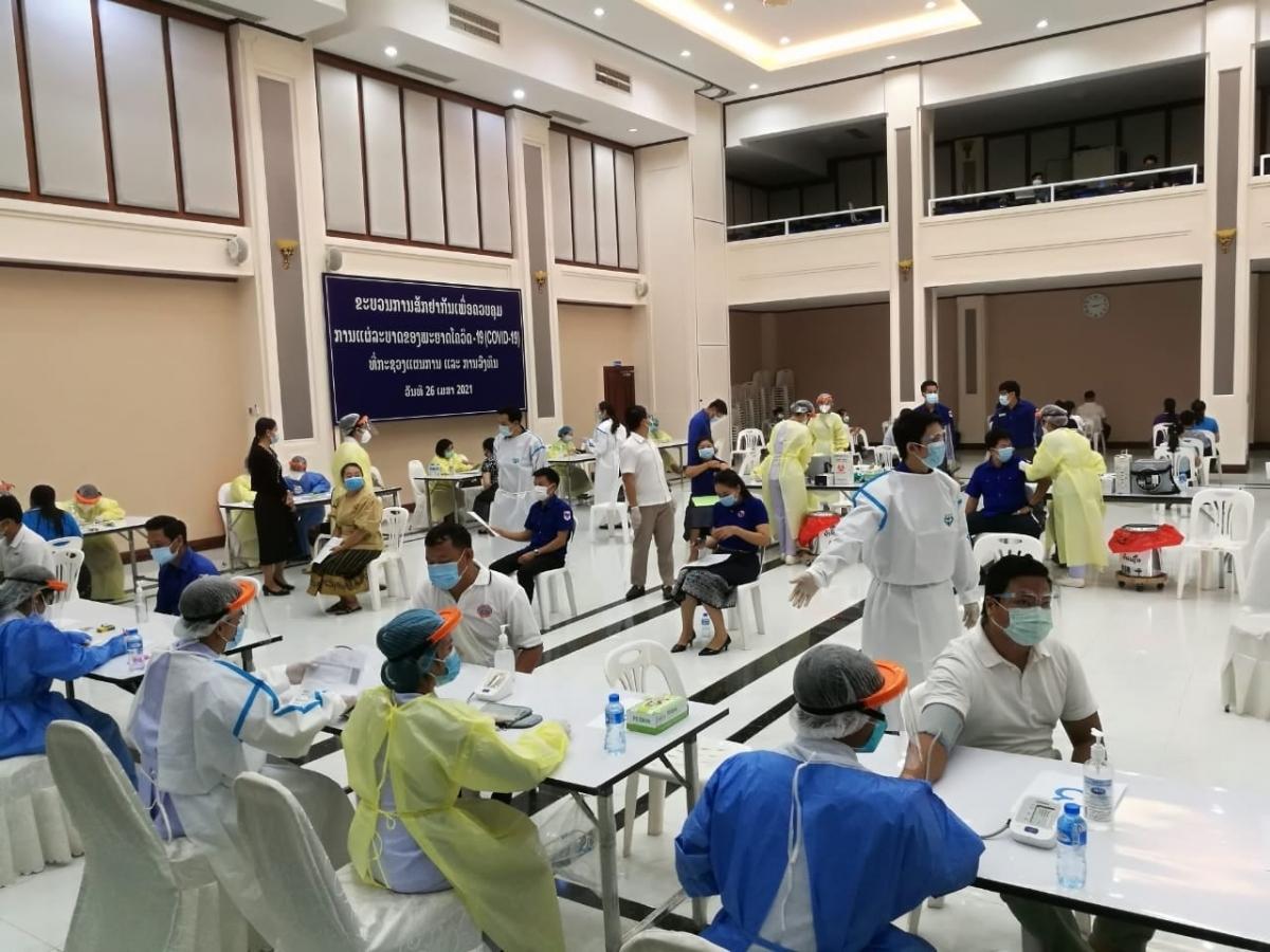 Một số điểm xét nghiệm dã chiến được thành lập để đáp ứng nhu cầu xét nghiệm của các đối tượng nghi mắc Covid-19 ngày càng tăng cao ở thủ đô Vientiane.