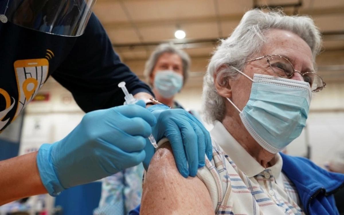 Tiêm vaccine Covid-19 tại Mỹ. Ảnh: al Jazeera.