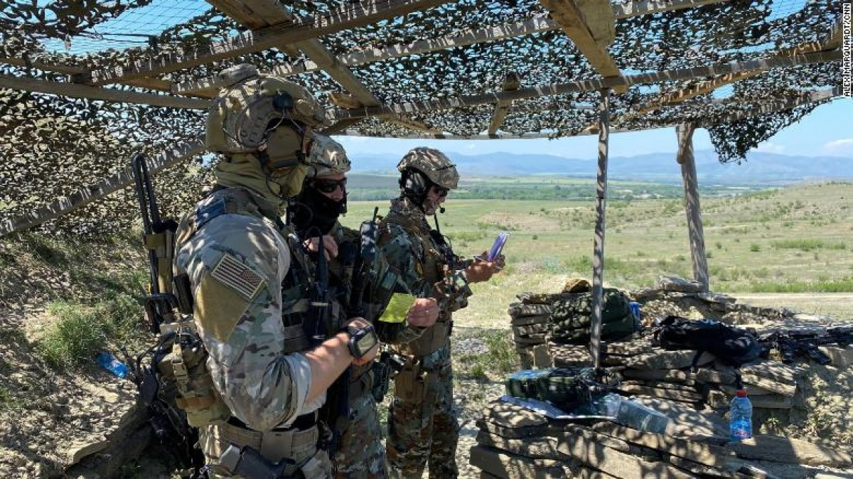 Một sĩ quan tác chiến đặc biệt của Mỹ hướng dẫn các lực lượng của Macedonia. Ảnh: CNN