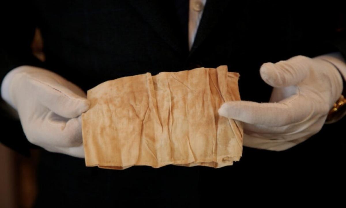 Tấm vải dính máu Napoleon sẽ được đem ra đấu giá. Ảnh: Nhà đấu giá Osenat