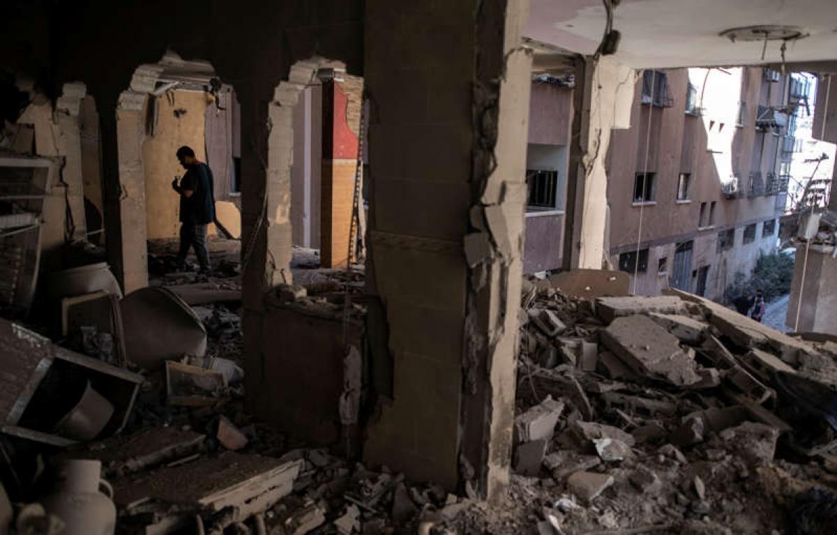 Đống đổ nát sau cuộc không kích của Israel khiến 10 thành viên trong một gia đình thiệt mạng ở thành phố Gaza ngày 15/5. Ảnh: AP