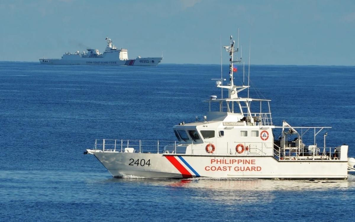 Tàu tuần duyên Philippines và Trung Quốc ở gần bãi cạn Scarborough. Ảnh: AFP.