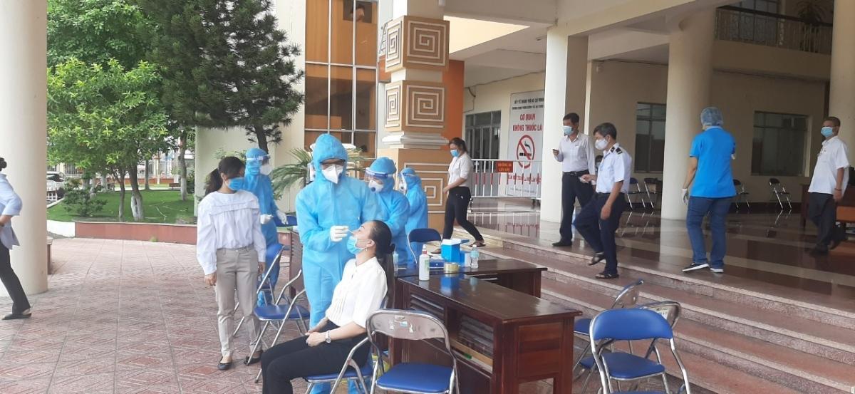 Lấy mẫu xét nghiệm giám sát cộng đồng (Ảnh: Trung tâm Y tế quận Tân Phú)