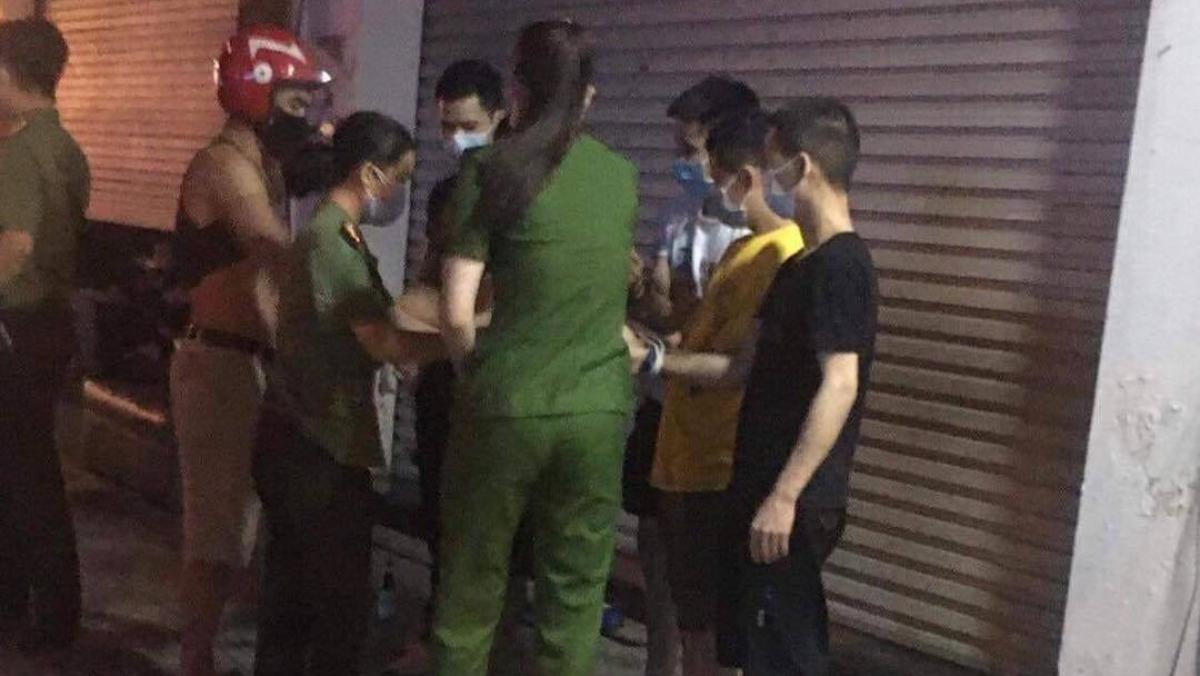 Lực lượng chức năng tiến hành kiểm tra các đối tượng người Trung Quốc nghi cư trú trái phép tại phường Liên Bảo, TP.Vĩnh Yên