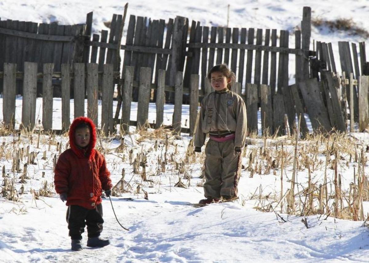 Trẻ em Triều Tiên nghịch tuyết bên bờ sông Yalu, tỉnh Sakchu ngày 17/12/2014. Ảnh: Reuters