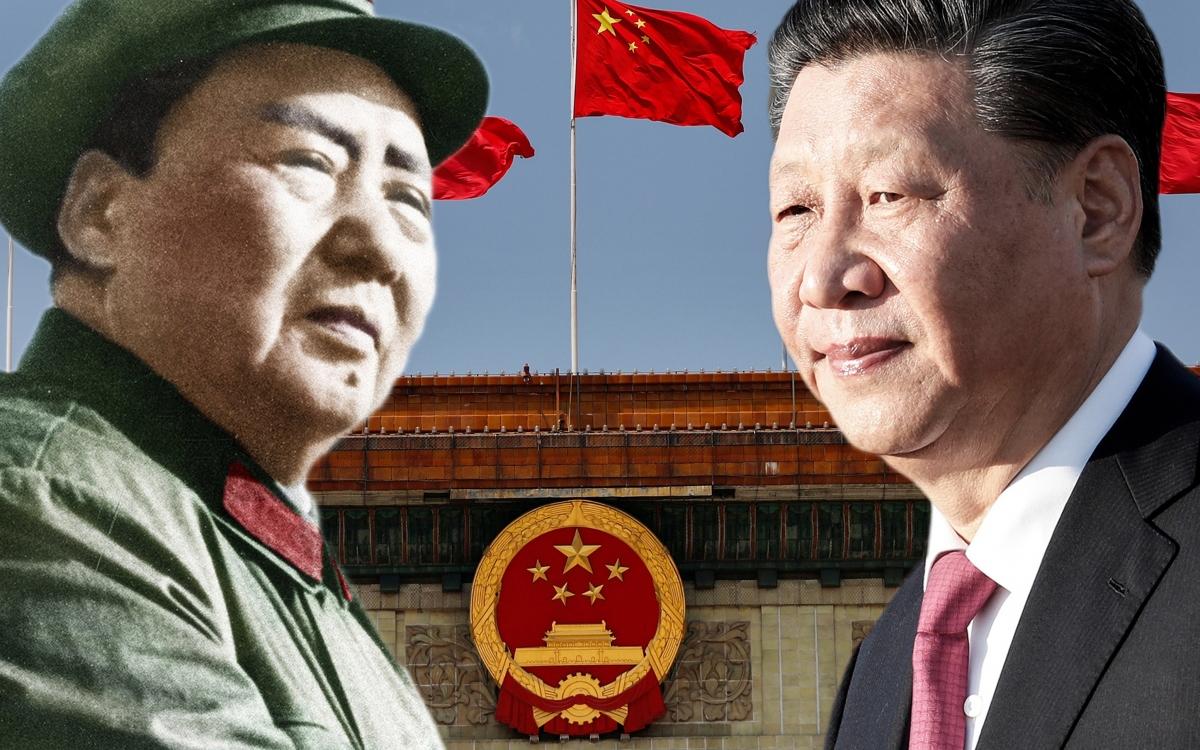 Hình ảnh Lãnh tụ Mao Trạch Đông (bìa trái) và Chủ tịch Tập Cận Bình trên nền có quốc huy và quốc kỳ Trung Quốc. Nguồn: Nikkei.