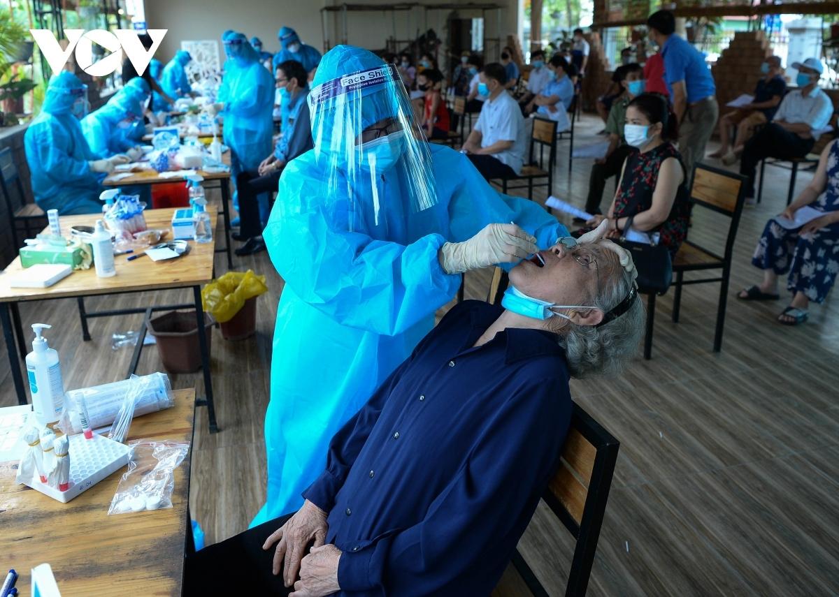Người dân Khu đô thị Đồng Sơn (TP Phúc Yên, Vĩnh Phúc) được lấy mẫu xét nghiệm.