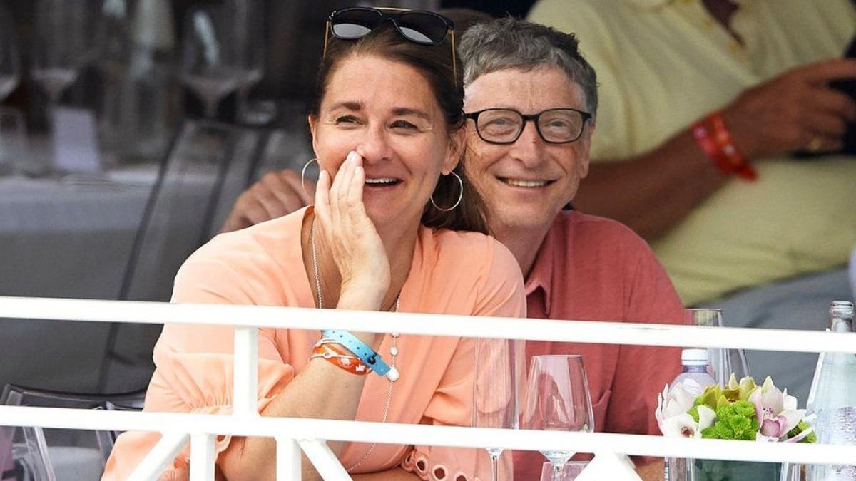 """Tỷ phúMỹBill Gatesvà bà Melinda, một trong những cặp vợ chồng giàu nhất thế giới,thông báo sẽ ly hôn sau 27 năm chung sống vì họ """"không còn tin rằng có thể đi tiếp cùng nhau như vợ chồng ở giai đoạn tiếp theo của cuộc đời"""".Cả hai hiện đang điều hành Quỹ Bill & Melinda Gates,một tổ chức phi lợi nhuận chống lại đói nghèo, bệnh tật và bất bình đẳng trên khắp thế giới. Bức ảnh trên ghi lại khoảnh khắc Bill Gates và Melinda Gates tham dự giải Global Champions Tour của Monaco ở Monte-Carlo vào năm 2017."""