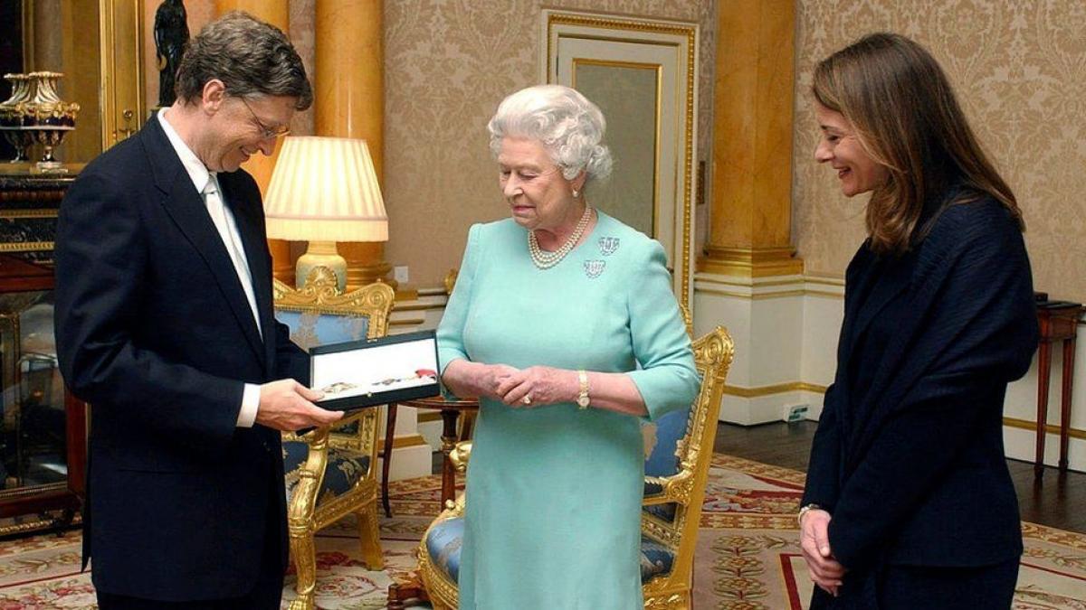 Nữ hoàng Anh Elizabeth II trao tặng Bill Gates danh hiệu Hiệp sĩ danh dự tại Cung điện Buckingham ở London (Anh) vào năm 2015. Sánh bước cùng ông trong sự kiện quan trọng này không thể thiếu người vợ Melinda.
