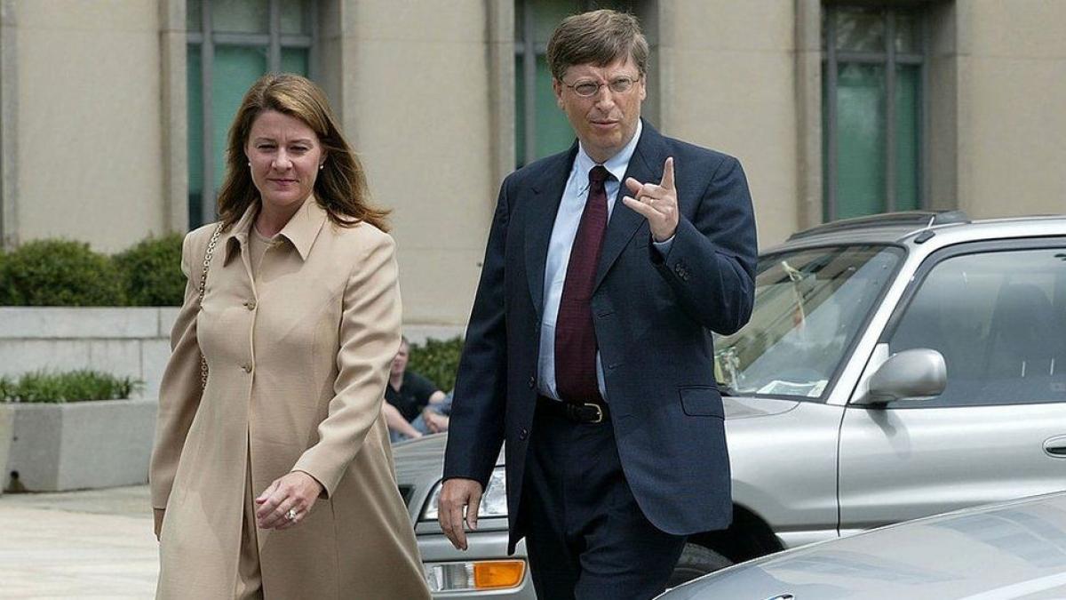 Melinda đi cùng chồng khi ông Bill Gates đứng ra làm nhân chứng trongtrong một vụ kiện chống độc quyền liên quan đến Microsoft năm 2002.