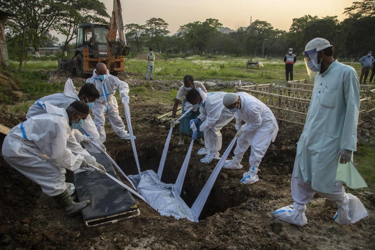 Những người thân của bệnh nhân Covid-19 tử vong làm lễ chôn cất tại Gauhati ngày 25/4. Ảnh: AP