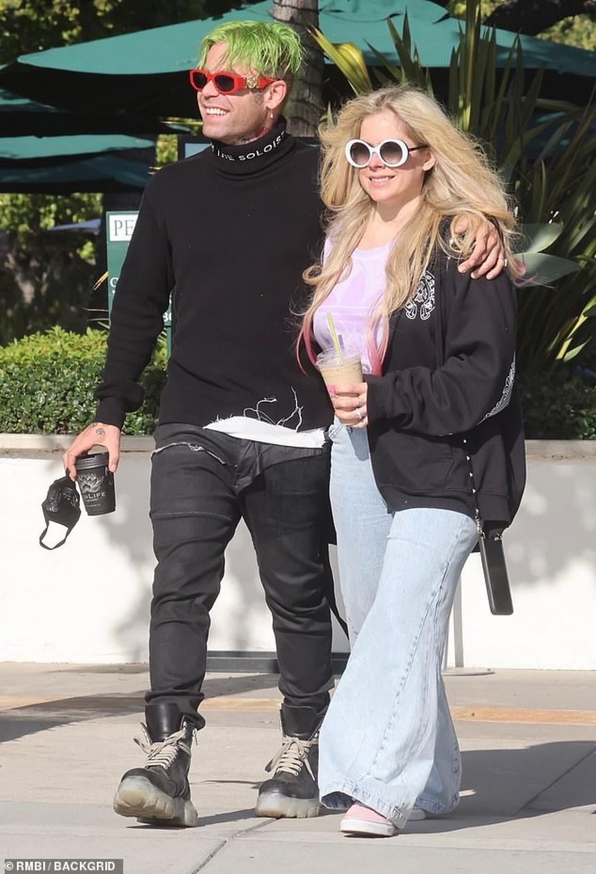 Avril Lavigne vui vẻ đi uống cafe cùng bạn trai Mod Sun tại SunLife Organics ở Malibu ngày 11/5.