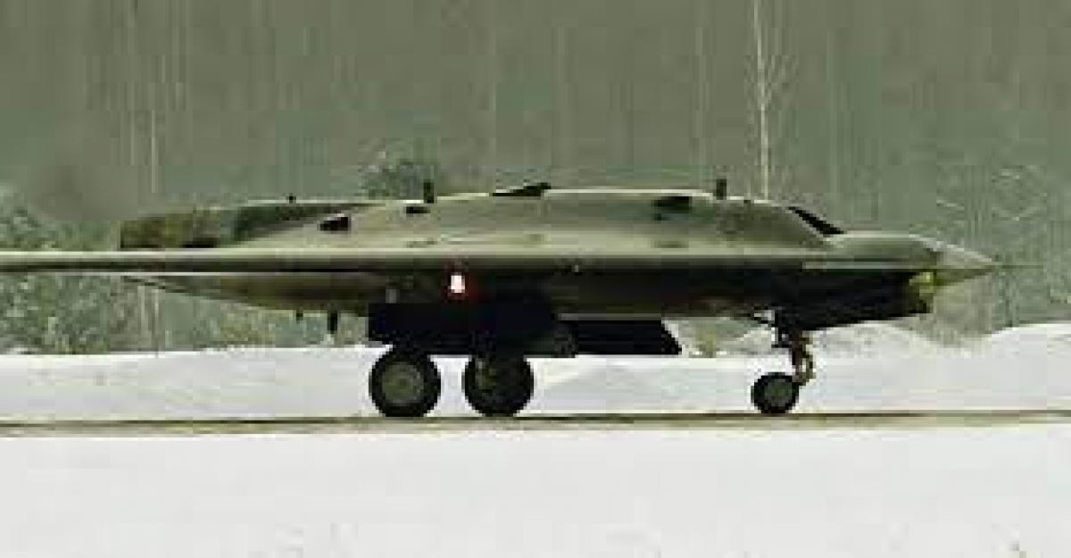 Sukhoi S-70 Okhotnik-B: Thợ săn Sukhoi S-70 Okhotnik-B là máy bay không người lái chiến đấu có khả năng tàng hình. Máy bay này đã thực hiện chuyến bay đầu tiên vào tháng 8/2019. Nó được thiết kế để có thể mang khối lượng lên tới 2.000 kg, trong đó có cả các tên lửa không đối đất và bom. Máy bay này dự kiến bay được với tốc độ 1.000 km/h và đi được quãng đường tối đa là 6.000 km.