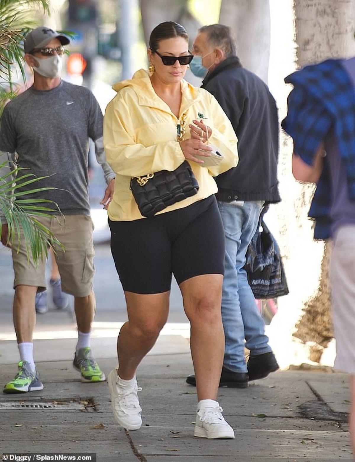 Mới đây, Ashley Graham bị cánh săn ảnh bắt gặp khi đang một mình ra phố ở Santa Monica.