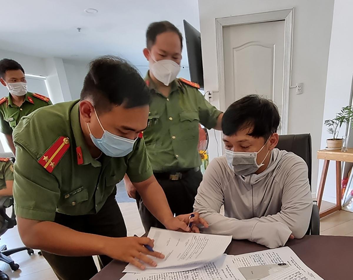 Cơ quan công an bắt Lê XuânThành để tiếp tục điều tra (Ảnh: Thân Lai)