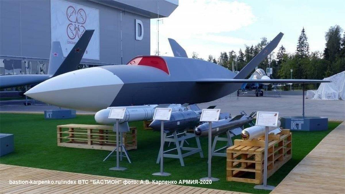 """Grom: """"Thần Sấm"""" Groom là một máy bay không người lái chiến đấu tàng hình do Kronstadt thiết kế để hoạt động cùng với các chiến đấu cơ Su-35 và Su-57 nhằm cung cấp dữ liệu trinh sát và phóng tên lửa theo lệnh từ máy bay có người lái. Máy bay không người lái này có tải trọng cất cánh tối đa là 7 tấn và có thể mang tối đa 2.000 kg. Nó có thể bay với vận tốc bình thường là 800 km/h và đạt độ cao tối đa là 12.000 mét."""