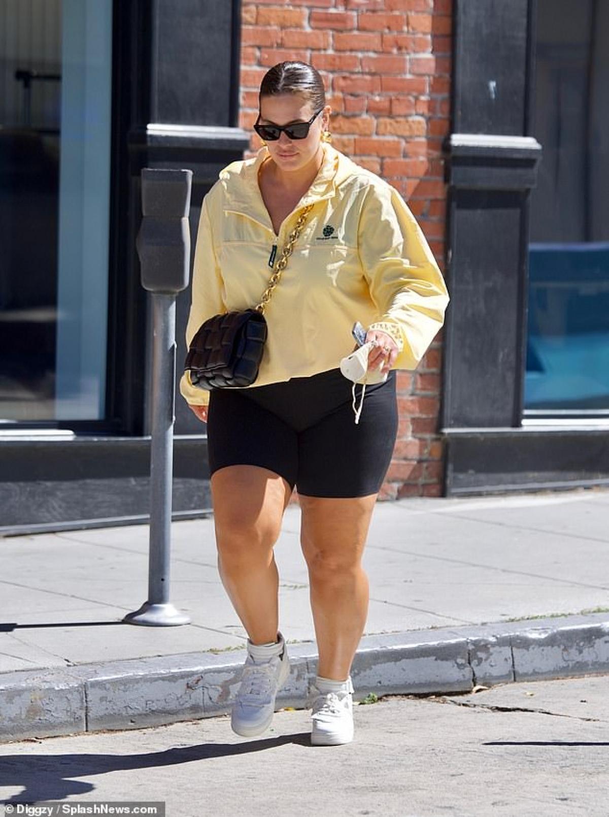 """""""Người mẫu ngoại cỡ"""" mặc đồ giản dị, đeo túi hiệu Bottega Veneta sang chảnh."""