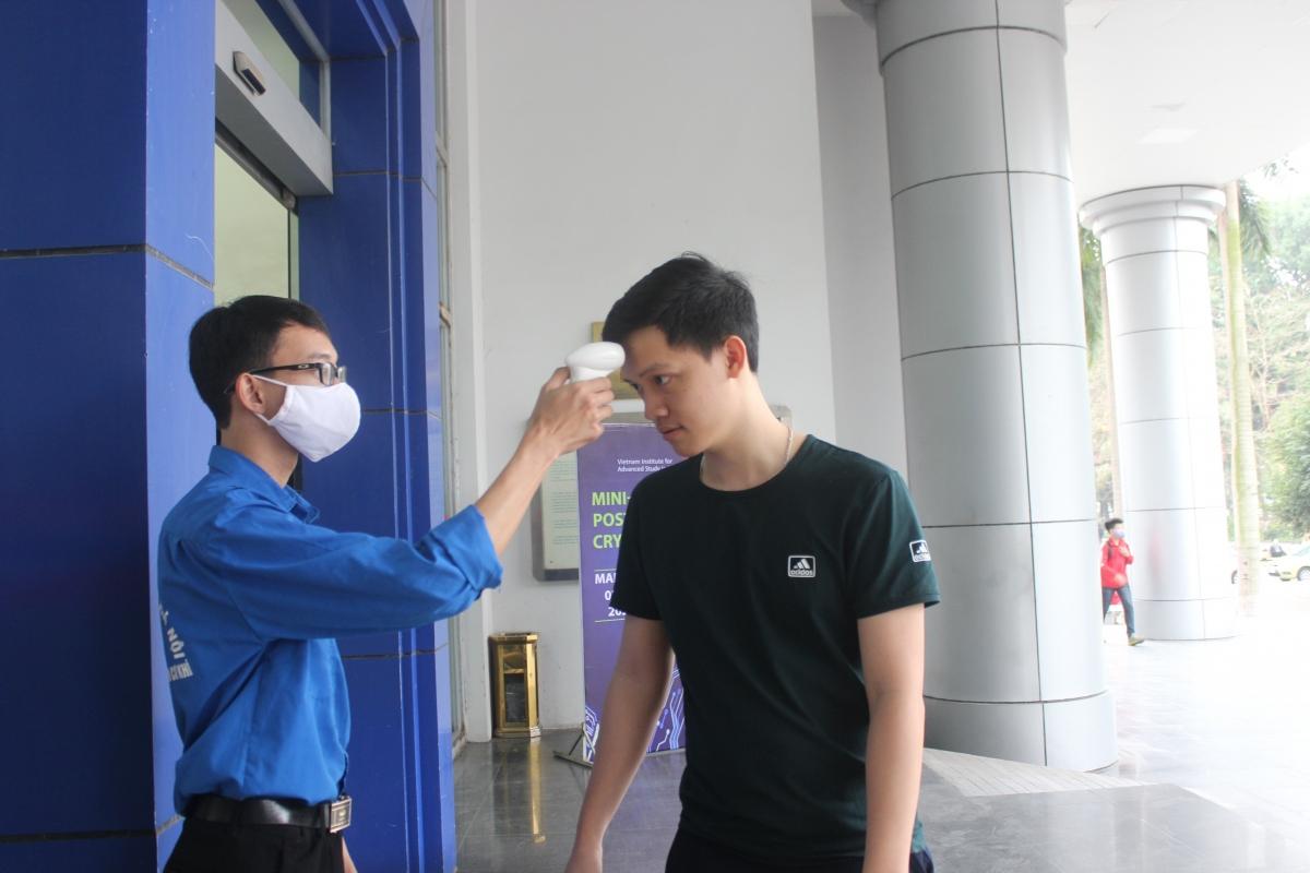 Nhiều trường ĐH thông báo cho sinh viên học online, thực hiện nghiêm các biện pháp phòng dịch như đeo khẩu trang, kiểm tra thân nhiệt, khai báo y tế...