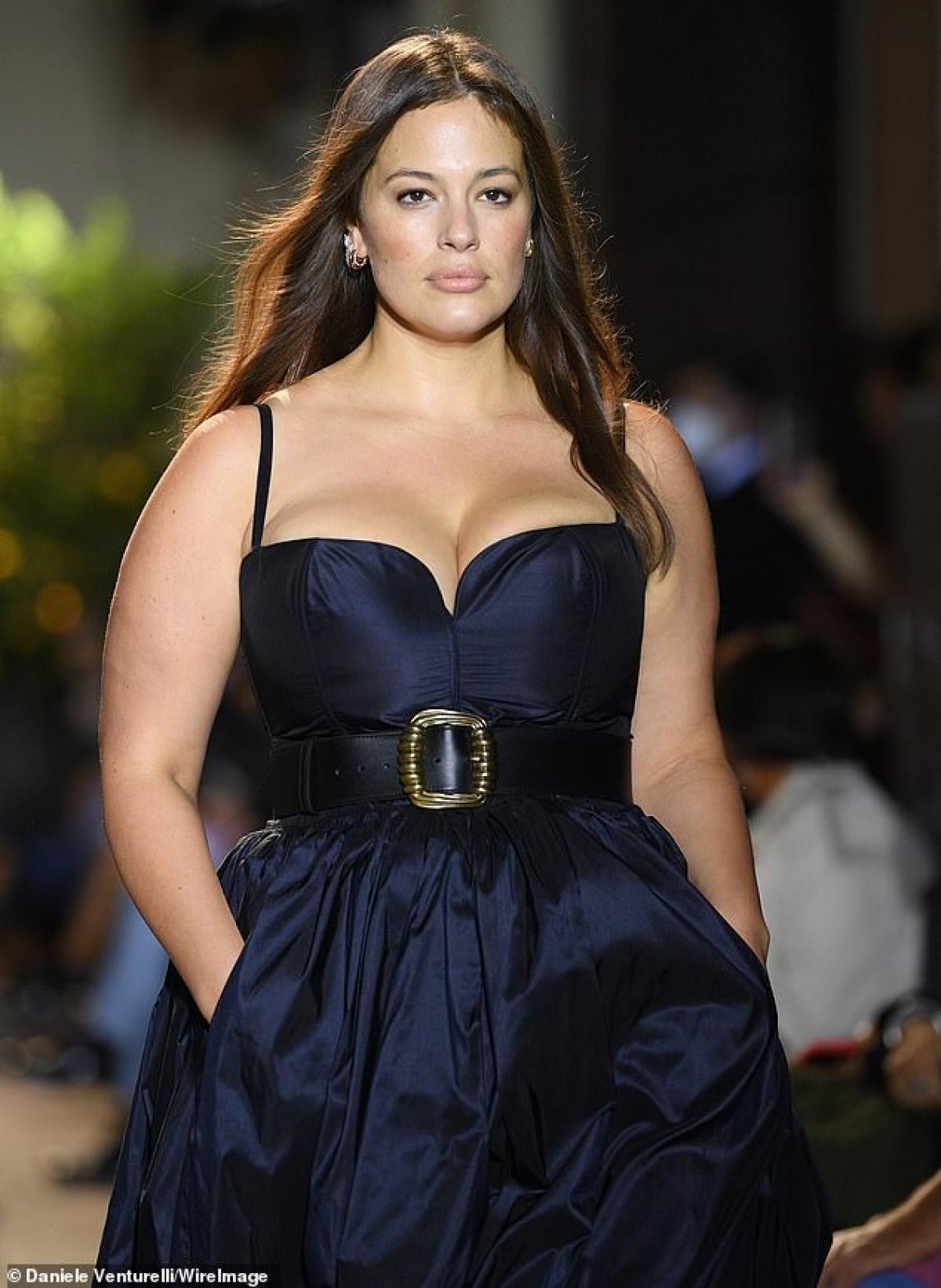 Cô là người phát động chiến dịch #CurvesinBikinis để đòi quyền lợi cho những người mẫu ngoại cỡ, bắt đầu từ năm 2015.