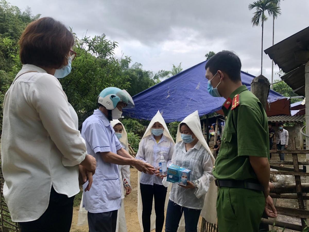 Đoàn viên xã Nghĩa Sơn, huyện Văn Chấn tuyên truyền hướng dẫn các gia đình có đám hiếu thực hiện các biện pháp phòng chống dịch.