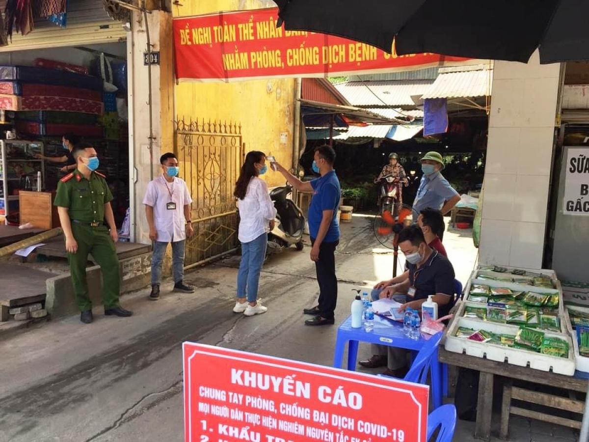 Đoàn viên thanh niên thành phố phối hợp cùng các ngành tuyên tuyền và kiểm soát tại các chợ dân sinh.