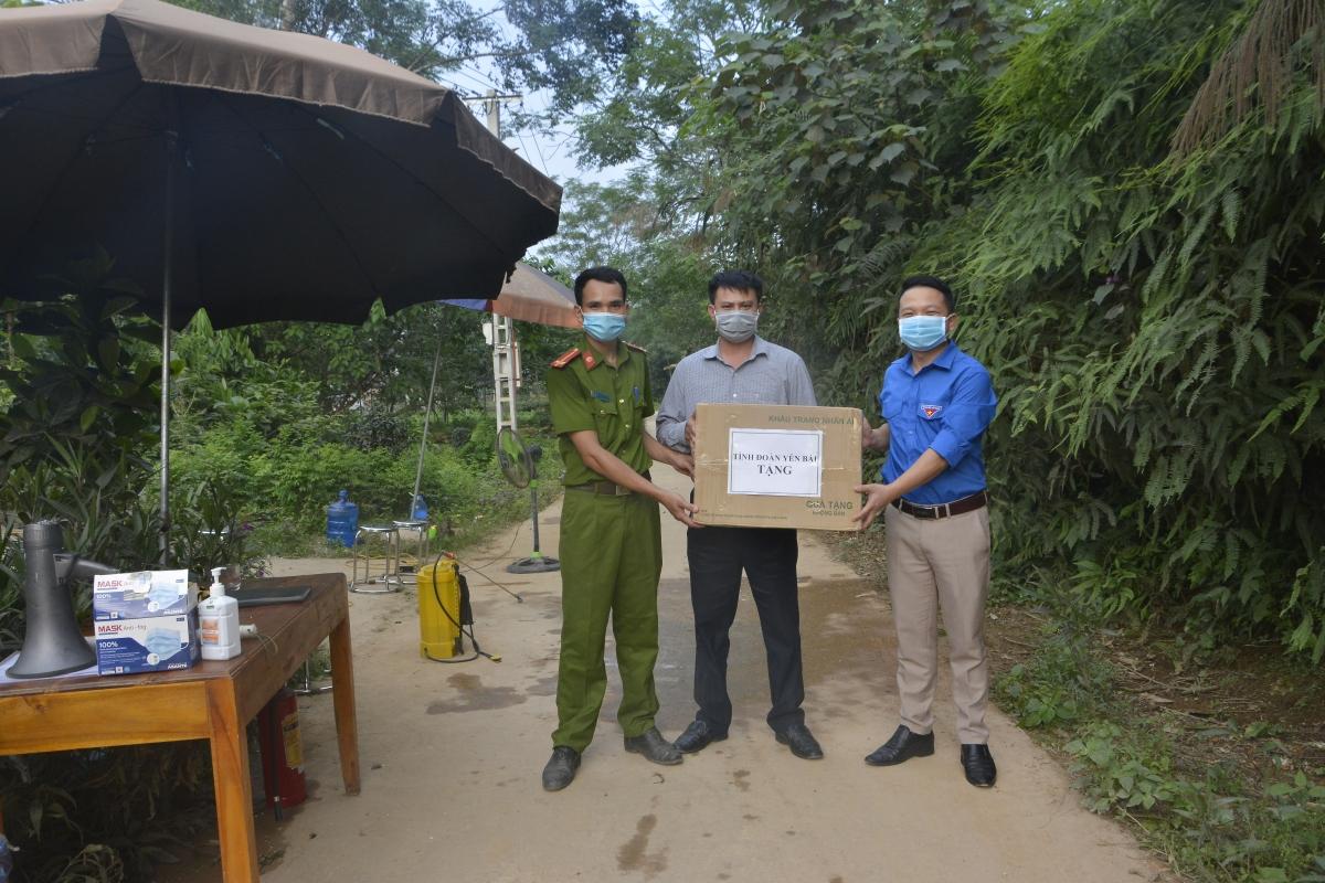 Tỉnh đoàn Yên Bái tặng khẩu trang y tế đến các địa phương có khu vực đang thực hiện cách ly và phong tỏa.