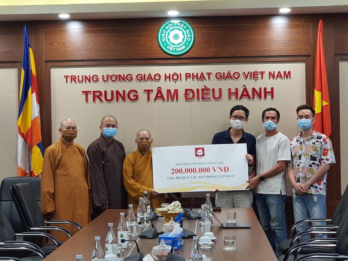 Đại diện mạng xã hội Phật giáo Butta trao 200 triệu đồng ủng hộ quỹ vaccine phòng dịch Covid-19.