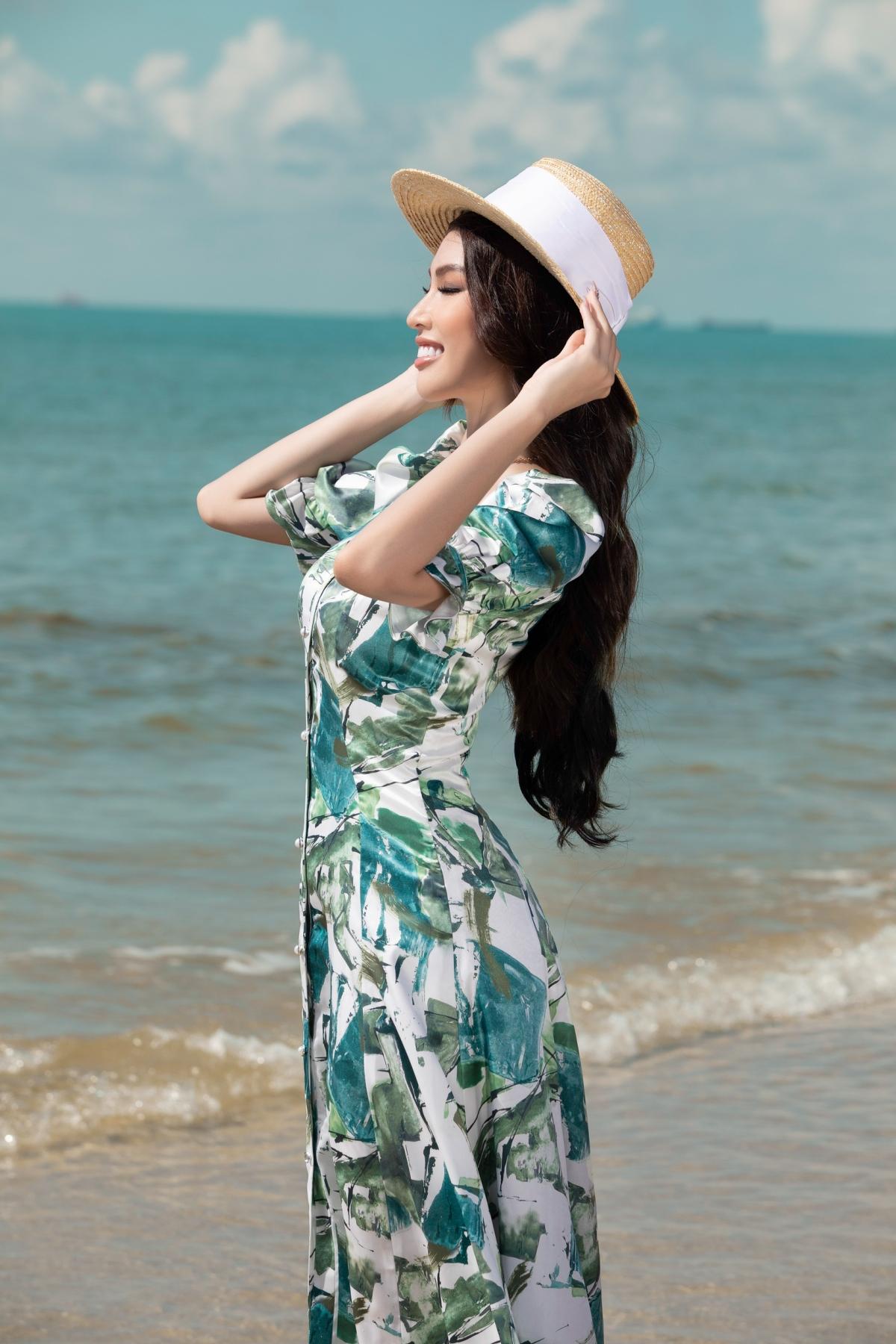 Trong bộ hình khoe sắc của chuyến du lịch biển, Á hậu Ngọc Thảo đã khéo léo khoe dáng dưới khung cảnh nên thơ dưới ánh nắng hè cùng những bộ váy đi biển.