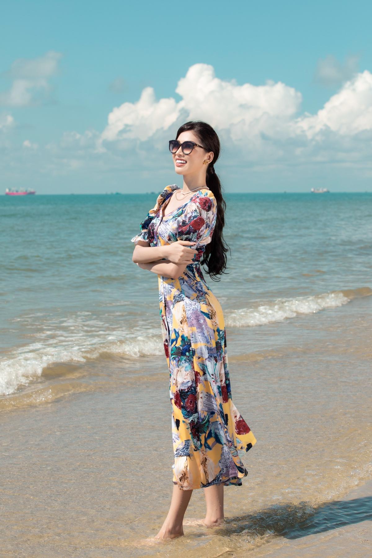 Những chiếc váy đi biển được Ngọc Thảo diện sẽ là những thiết kế hứa hẹn sẽ khiến cho các cô nàng trông thật nổi bật và tao nhã khi vi vu du lịch tại các vùng biển.