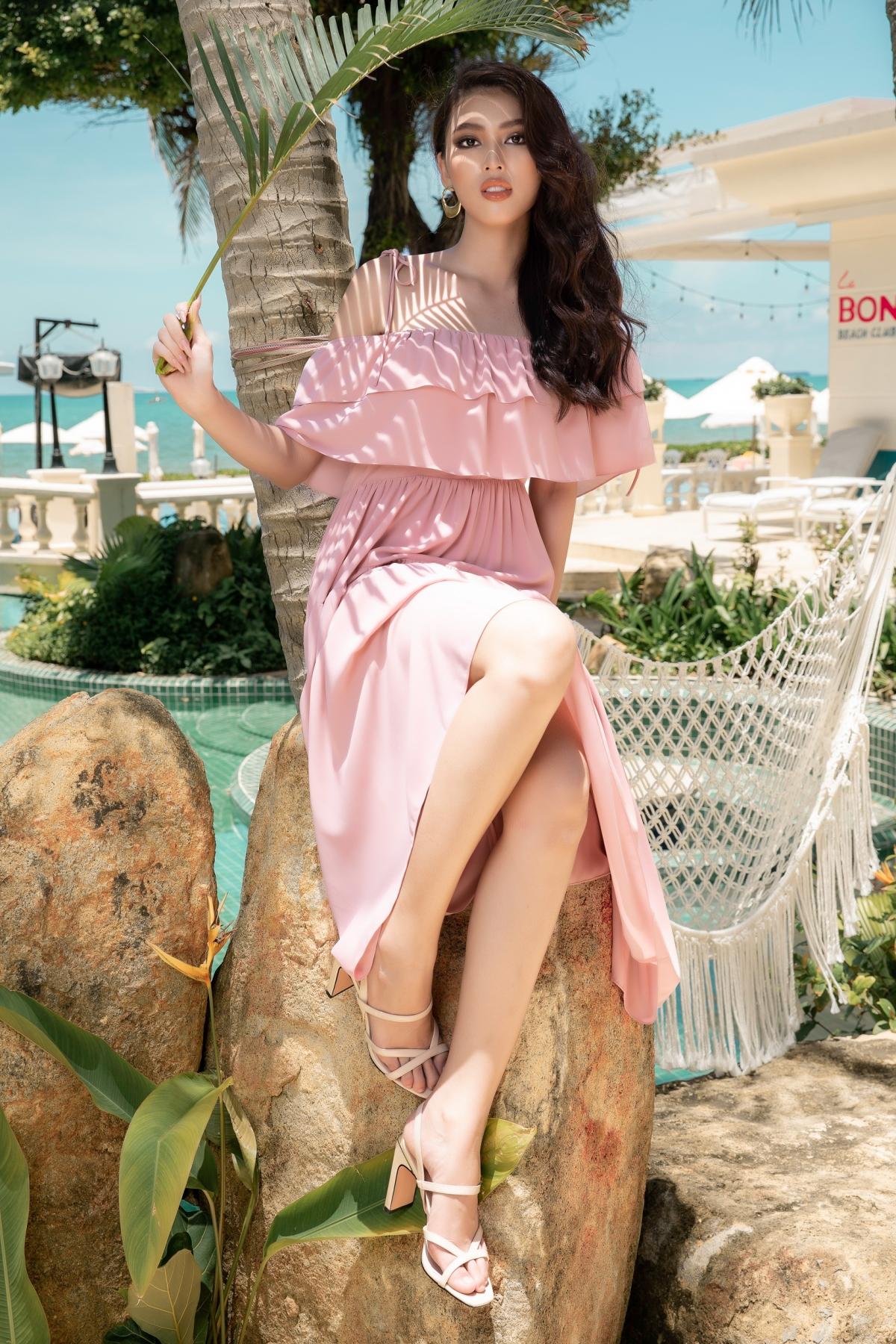 Sở hữu thân hình thon gọn cùng làn da mịn màng căng bóng, Á hậu Ngọc Thảo đã khoe được các nét đẹp mỹ miều của cô gái trẻ cùng những thiết kế đầm rực rỡ, khiến ai nấy đều phải thích mê trong từng thiết kế.