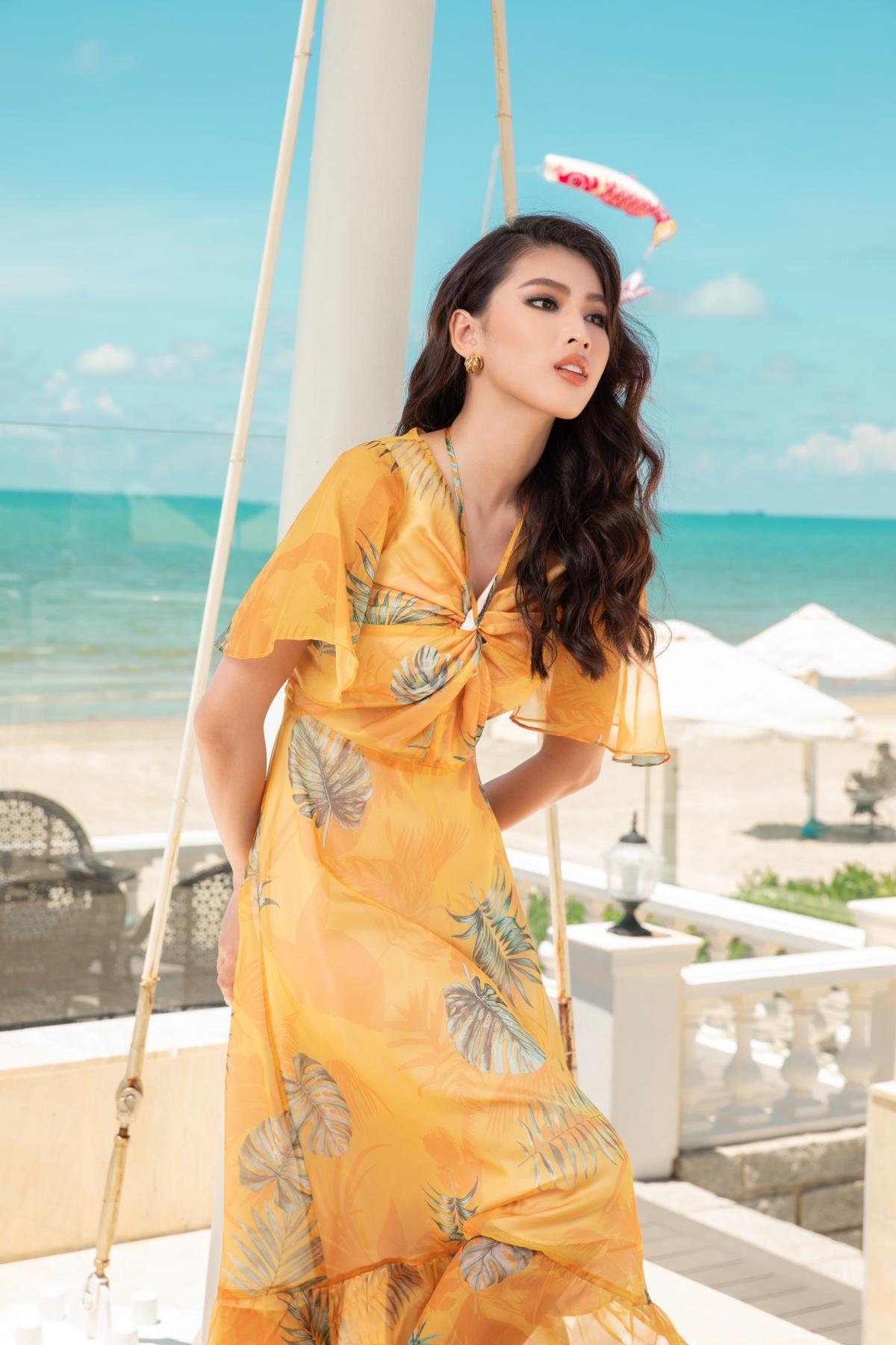 Có thể nói đầm đi biển trễ vai màu rực rỡ là những thiết kế luôn phải nằm sẵn trong vali của các nàng khi chuẩn bị cho những chuyến đi mùa hè.